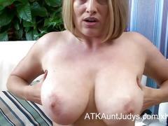 Blonde mommy maggie green gets off with an hitachi.