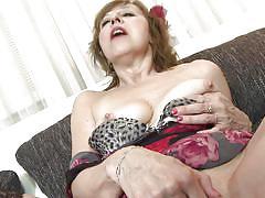 Crazy mature women likes to masturbate
