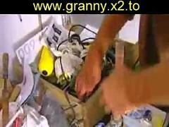 Oma schnappt sich unseren elektriker