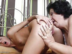 Teen gets her pussy licked by mature