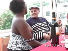 Papy baise une bonne black avec son jeune pote qui lui la sodomise grave
