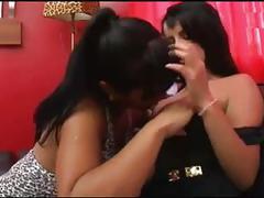 Besandose con la chichona