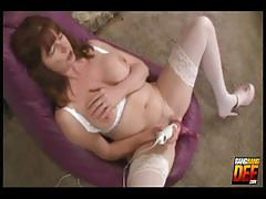 Dee gonzo toying her mature cunt