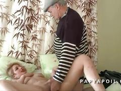 Papy reveille une grosse cochonne au lit avant de la baiser