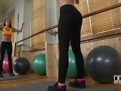 Russian fitness babe fucks herself in the gym