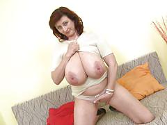 Slutty jana plays with her old pussy