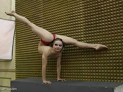 Naked teen showcase her amazing flexibility