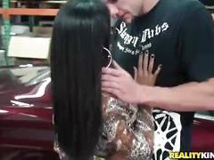 Adriana milano leva pau ao lado de um carro