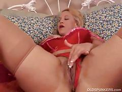 Mature milf summer squirts her juice on her dildo