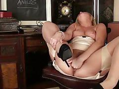 Chubby milf anna joy giving lesson on masturbation