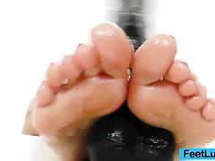 Leony aprill lubricates her feet to play dildo
