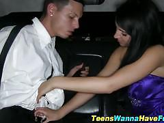 Teen getting laid for the first time in the car