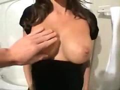 Amatrice gros seins baise dans la salle de bain
