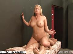 Whiteghetto milf fucks delivery guy