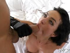 Curvy bitch reaches orgasms blowjob