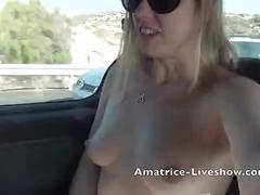 Je me masturbe dans ma voiture sur l'autoroute en cam2cam