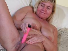 Old granny mature does fun with a toy on the couch