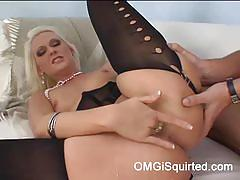 Blonde milf hexe digging her hole to squirt