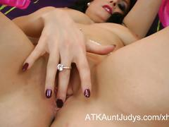 Sophia delane fingers her wet mature snatch.