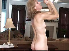 Sexy talk with a older woman turns her on