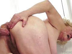 Old blonde stuffe din her hairy pussy