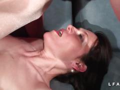 Jolie mature cougar double penetree dans un club libertin