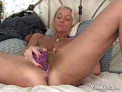 Yanks racy milf dildo fucks her warm pussy