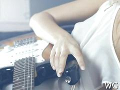 Guitar playing teen plays with her pussy butt naked