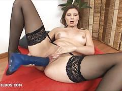 Amateur brunette dildo fucks her warm slot