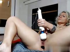 Blonde cam slut toys her ass and shakes it solo