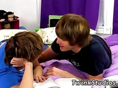 Two twinks make a study break and suck dick in bed