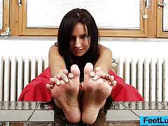 Sexy cam babe has foot fetish
