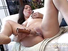 Milf makes her pussy wet