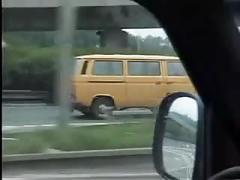 Mooie rondborstige vrouw neukt op de auto