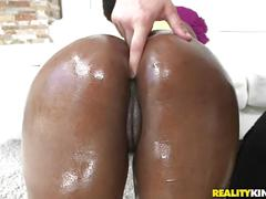 Reality kings - ebony chick shakes her booty