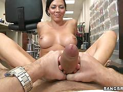 Rachel starr gives an amazing footjob