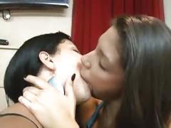 Besando a la chichona
