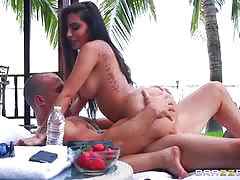 Curvaceous lela starr enjoying outdoor drilling