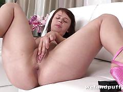 Brunette toys her warm slot