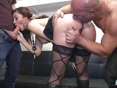 La cochonne - julia gomez la brunette se lance dans un menage a trois anal