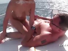 Jeune et jolie babe francaise baisee sur un bateau en mer