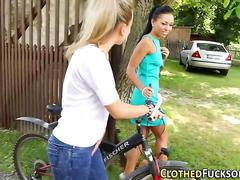 Glam ho fingered by lez