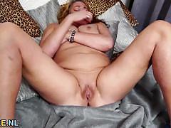 Mature amateur dildo fucks her warm slot