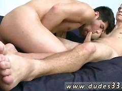 Tattooed dude gets his dick jerked with a pair of twink feet