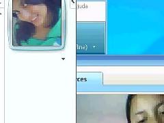Menina na web cam mostrano para otra mulher