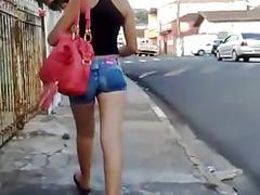 Seguindo novinha de shortinho pelas ruas