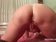Big ass mature tramp vibing her horny cunt