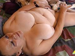 Granny vibes her wet pussy