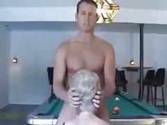 Blondyna z ogolona pizda gra z mlodym facetem w bilard