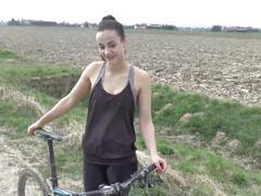 Jasmin fickt ihren stiefbruder bei einer fahrradtour im urlaub